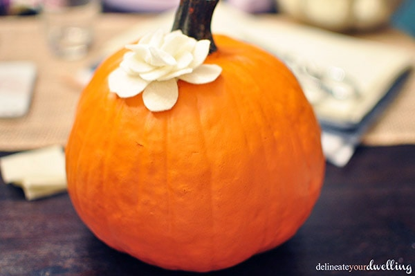 Create a gorgeous Floral Felt DIY Pumpkin this autumn season! Delineate Your Dwelling #fallpumpkin #fallfeltcrafts