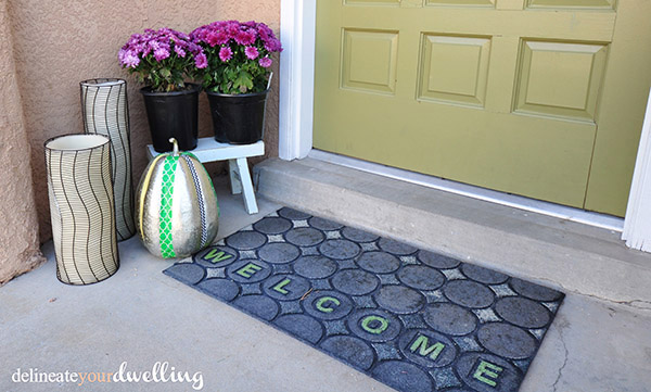 Learn to create this DIY Halloween door sign! Delineate Your Dwelling #fallcurbappeal