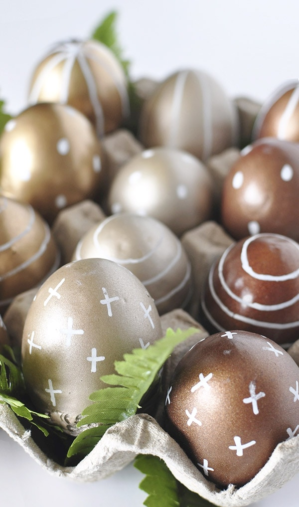 Learn how to create simple DIY Metallic Gold Plastic Easter Eggs using spray paint and chalk markers! The finished result is trendy, fun and so easy. Delineate Your Dwelling #goldplasticeastereggs #goldeastereggs #diyeasteregg