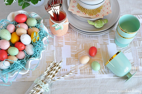 Fun tips on how to set an Easy Spring Table Setting.  Perfect for having friends and family over for brunch or a Easter Eggs hunt party! Delineateyourdwelling.com #eastertablesetting #eastertable #springtable #easteregghunttable