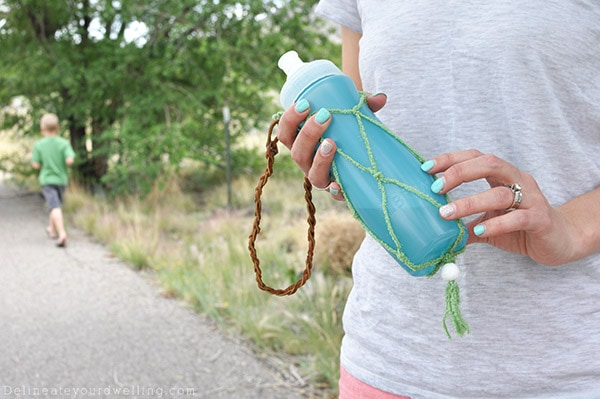 See how to stay hydrated on the GO with an easy to make DIY Macrame Water Bottle holder instructions! Check out the simple macrame pattern for any skill level! Delineate Your Dwelling #macrame #DIYmacrame