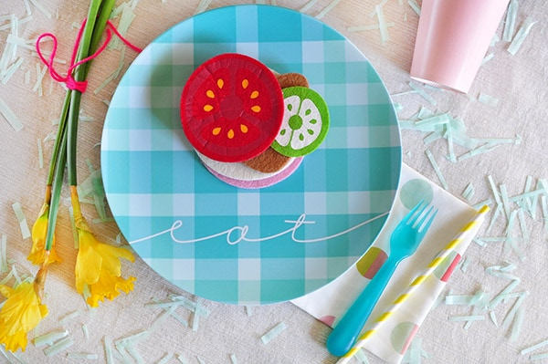 See how to make, design and enjoy cheerful plaid melamine Picnic Plates in a fun blue plaid pattern! Perfect for those Spring time picnics. Delineate Your Dwelling #springpicnics