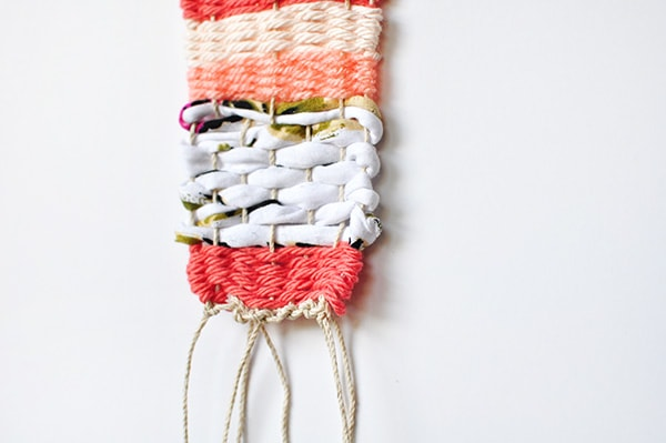 Learn how to make a Mini Wall Weaving using a few pieces of yarn, a simple step by step tutorial and you're left with a lovely boho wall weaving. Delineate Your Dwelling #miniwallweaving #wallweaving