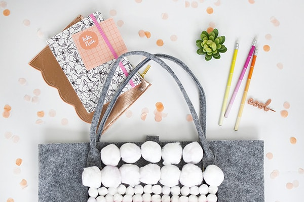 Learn how to make this fun modern Pom Pom Patterned Tote Bag to carry around all your things while on the go! Tons of texture built into this one. Delineate your Dwelling #pompom #pompomcraft
