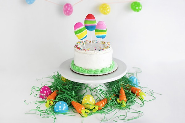 See how simple it is to create an adorable Edible Easter Cake Topper for your next Spring time get together, Egg Hunt party or Easter Celebration! Delineate Your Dwelling #EdibleCakeTopper #EasterEggCake