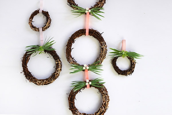 How to DIY Simple Spring Gold Foil Grapevine Wreaths, Delineate Your Dwelling
