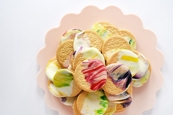 DIY Delicious Marbled Oreo Cookies for a perfect Spring dessert and treat. #delineateyourdwelling #cookiedecorations #marbledcookies #fancycookie #decoratedoreo #cookiedessert