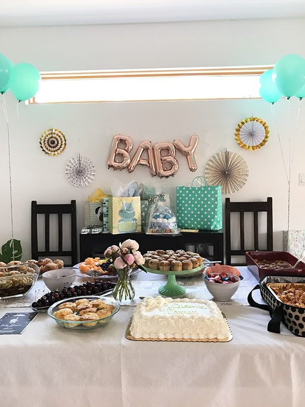 Simple Neutral Baby Shower ideas - White, Gold and Mint Green : Learn how to host a simple neutral baby shower with ease!  You can never go wrong with classic colors. Delineate Your Dwelling #neutralbabyshower