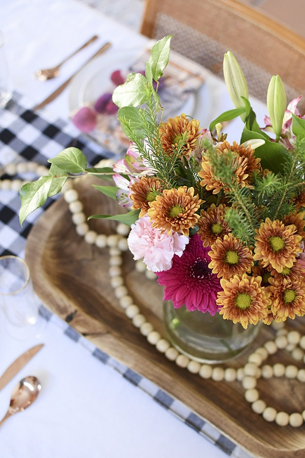 5 Tips for How to set a cozy Thanksgiving Table this Autumn season. Take the guesswork out of it and enjoy making a warm and inviting table! Delineate Your Dwelling #thanksgivingtable #falltable #thanksgivingdecor