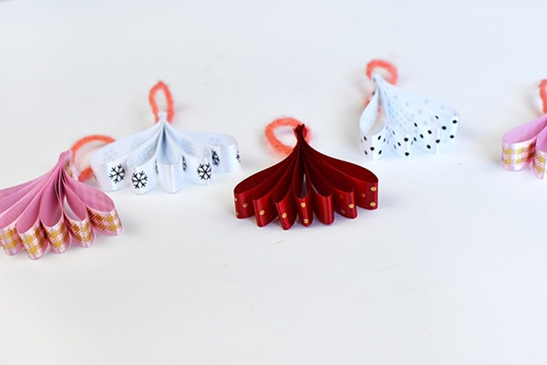 How to create custom Fan Ribbon Ornaments for the Holidays! Delineate Your Dwelling
