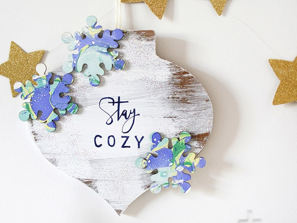 Learn how to make a festive winter Stay Cozy Wall Decor item this Holiday season! Delineate Your Dwelling #wintercraft