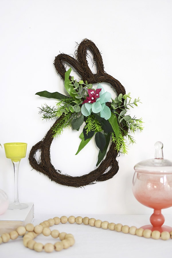 Learn how to make a festive DIY Easter Bunny Grapevine Wreath to hang on your wall this Spring. Delineate Your Dwelling #BunnyWreath #BunnyGrapevinewreath #Eastergrapevinewreath