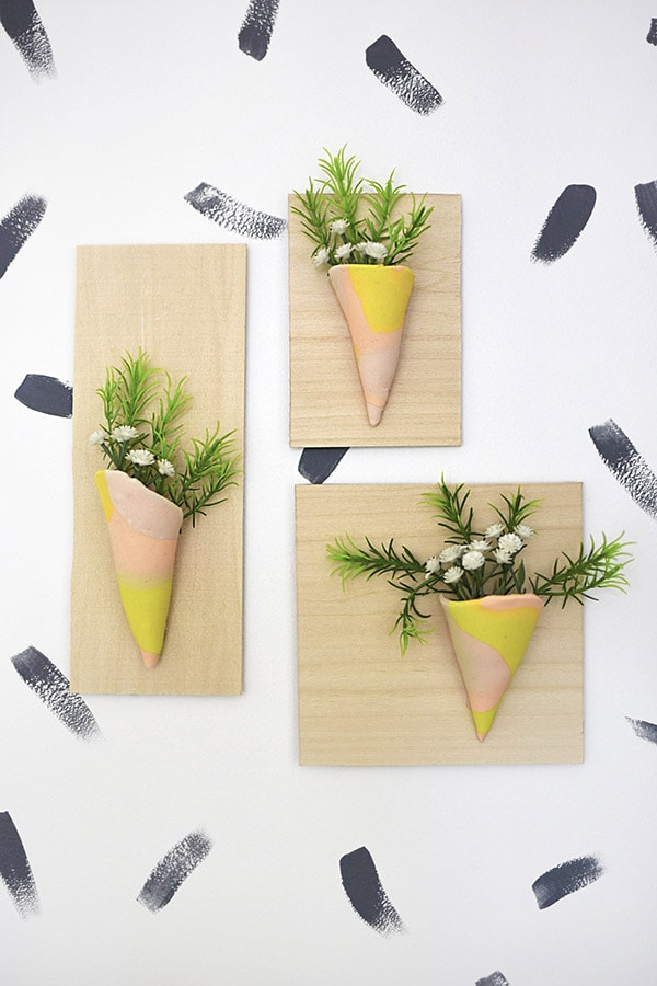 Check out how to create this modern Clay Vase Wall Hangings using polymer clay and a few other supplies.  Check out what my fellow bloggers made with their clay! Delineate Your Dwelling #claycraft #claywalldecor