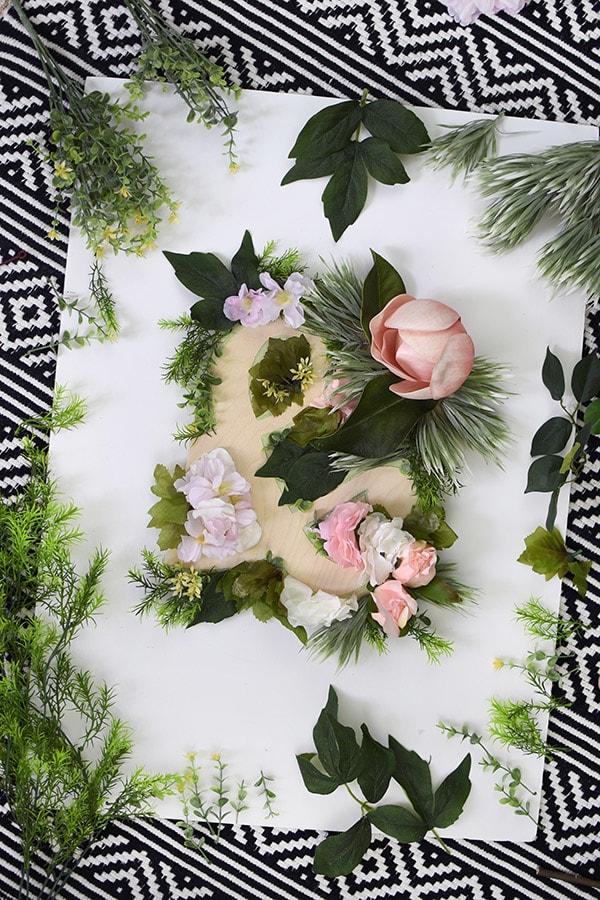 Bring out your inner craft and learn how to make a lovely Mother's Day Flower Ampersand Sign Decor to hang as wall decor or even to give as a gift.  And by using fake flowers, this is a project that will be able to last forever! Delineate Your Dwelling #mothersdaycraft #flowersign #ampersandsign
