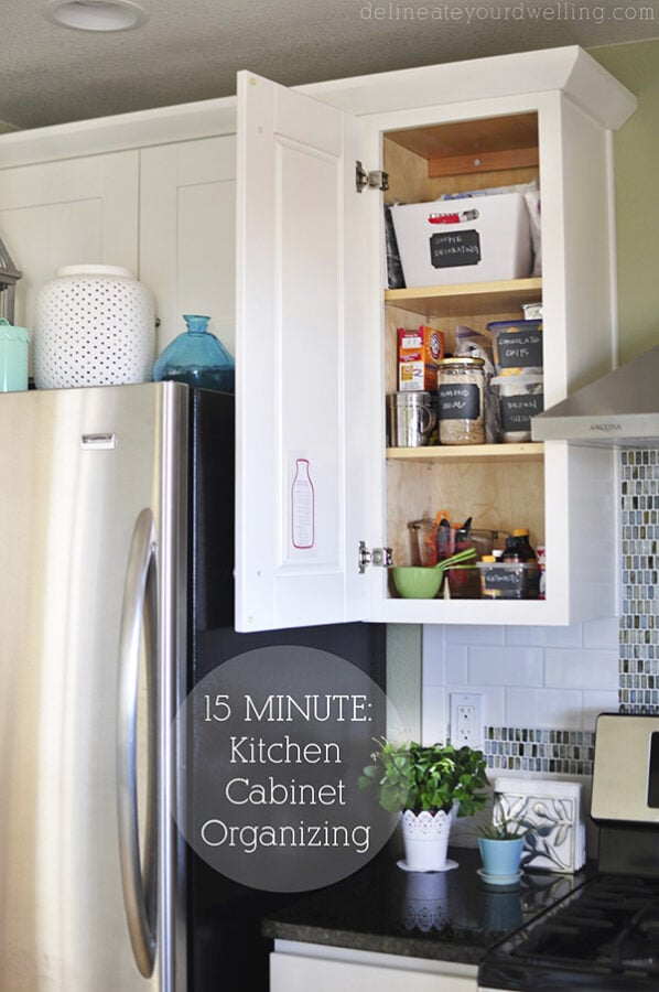 How to organize and arrange your Kitchen Cabinets and drawers in 15 minutes. Purge the old unneeded items and with a few important kitchen cabinet organizing ideas, get ready for all that extra space! Delineate your dwelling #kitchenorganizing #cabinetorganizing