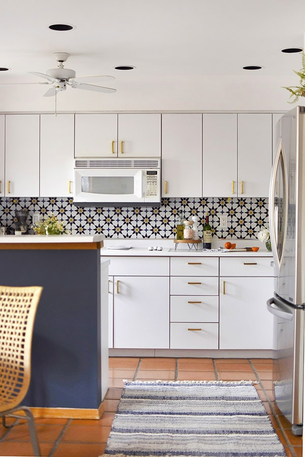 Learn how to do a budget friendly kitchen makeover for under $300 with five design tips!  These inexpensive kitchen design ideas will completely transform your space in no time at all. Delineate Your Dwelling #kitchenupdate #budgetfriendlykitchen