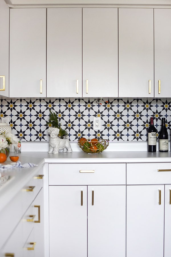 Removable Kitchen Backsplash Wallpaper for the win! Kitchen Update Removable Wallpaper - Learn how to do a budget friendly kitchen makeover for under $300 with five design tips! These inexpensive kitchen design ideas will completely transform your space in no time at all. Delineate Your Dwelling #kitchenupdate #budgetfriendlykitchen