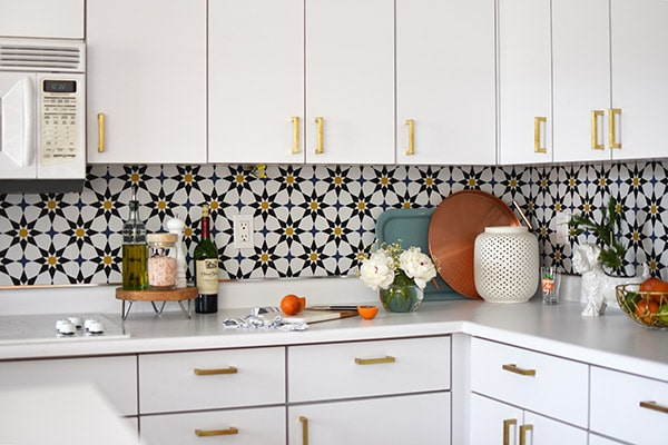 Kitchen Update Removable Wallpaper - Learn how to do a budget friendly kitchen makeover for under $300 with five design tips!  These inexpensive kitchen design ideas will completely transform your space in no time at all. Delineate Your Dwelling #kitchenupdate #budgetfriendlykitchen