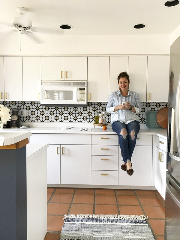 Create an updated Kitchen look with trendy Moroccan Tile Removable Wallpaper - Learn how to do a budget friendly kitchen makeover for under $300 with five design tips! These inexpensive kitchen design ideas will completely transform your space in no time at all. Delineate Your Dwelling #kitchenupdate #budgetfriendlykitchen