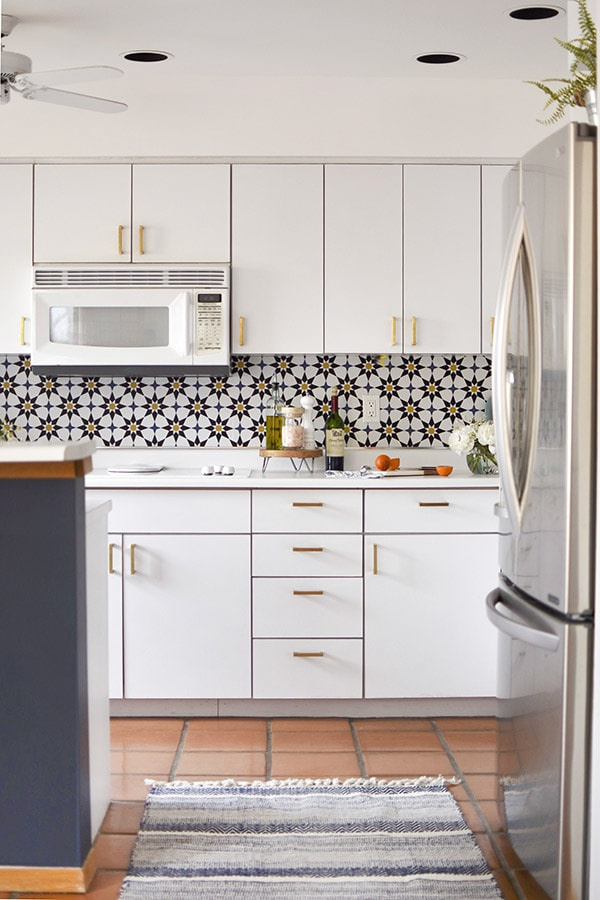 Moroccan Tile Wallpaper creates a clean fresh backsplash! Learn how to do a budget friendly kitchen makeover for under $300 with five design tips! These inexpensive kitchen design ideas will completely transform your space in no time at all. Delineate Your Dwelling #kitchenupdate #budgetfriendlykitchen