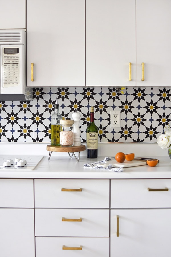 Kitchen Update Removable Wallpaper - Learn how to do a budget friendly kitchen makeover for under $300 with five design tips! These inexpensive kitchen design ideas will completely transform your space in no time at all. Delineate Your Dwelling #kitchenremodel #budgetfriendlykitchen