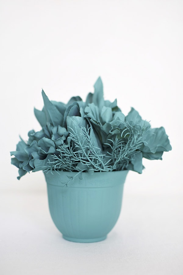 Learn how to create teal + aqua Monochrome Flower Bouquet Displays. Delineate Your Dwelling #monochromatic #blueart #aquaflowers